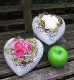Stenen hartje met kunstbloemen_