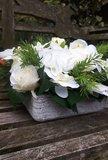 Bloemstuk met kunstbloemen in vierkante schaal_