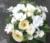 Bloemstuk met kunstbloemen in vierkante schaal