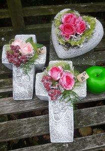 Stenen kruisje met kunstbloemen