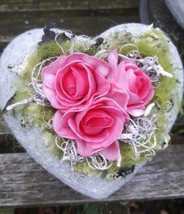 Stenen hartje met kunstbloemen