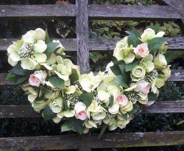 Urneboog met kunstbloemen groen/zalm