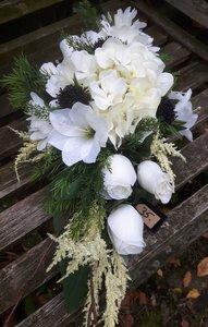 Bloemstuk met kunstbloemen ovaal wit